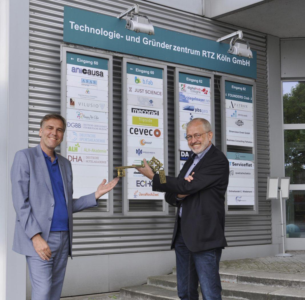 Nachfolge in der RTZ-Geschäftsführung geregelt: Dr. Heinz Bettmann (r.) übergibt den Schlüssel an André van Hall.