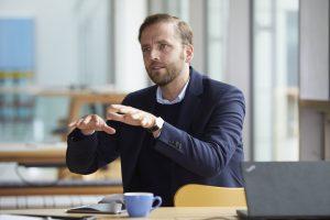 Fabian Kienbaum führt die Firma in dritter Generation. Im Dezember 2016 ist er mit seiner Firma von Gummersbach nach Köln-Porz umgezogen.